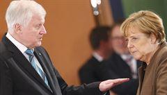 Spor Seehofera s kancléřkou o migrační politiku trvá. Merkelová ho odvolat nemůže