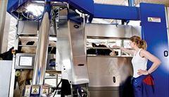 V robotizovaném kravíně stroje krávu nakrmí, podojí i podrbou
