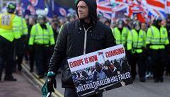Britská policie zasáhla v Doveru při protestech proti uprchlíkům. Zatkla devět lidí