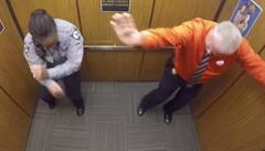 Penzionovaný policista roztančil ve výtahu své kolegy