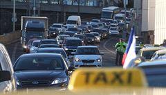Končí éra taxametrů a pověstného turba? Rodí se nová pravidla pro Uber a spol.