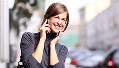 Esemeskový syndrom, bolesti palce. Jak nám chytré telefony ničí zdraví?