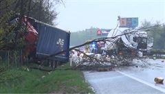 Převrácený kamion zablokoval D8 ve směru na Německo. Úsek byl zavřený tři hodiny