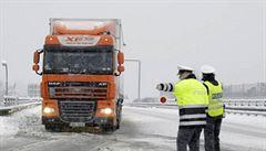 Ministerstvo ustupuje 'kamioňákům'. Policisté budou neočištěný sníh zatím promíjet