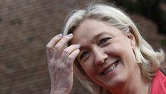 Odkud pocházejí peníze europoslanců? Policisté provedli razii u Národní fronty