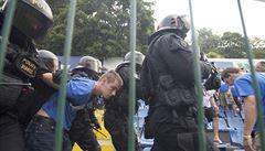 Fanoušci Baníku za jízdy demolovali autobus. Policie proti nim zasáhla na Černém Mostu