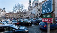 Chceme nová místa pro auta, žádali poslanci. Zamlčeli, že mají 41 dalších