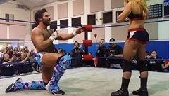 Wrestler požádal soupeřku o ruku, pak se snoubenkou mrštil o zem