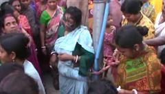 V Indii dav lynčoval čarodějnici. 'Jestli ji neodvezete, upálíme ji,' vzkázali lidé úřadům