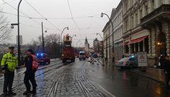 Třicetiletá žena patrně přelézala spřáhlo, uvláčela ji tramvaj
