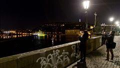 Vandal posprejoval Karlův most. Policisté prohlížejí záznamy z kamer