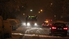 Sníh komplikuje provoz na železnici, silnicích i letišti. D1 blokují kamiony