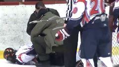 Policie ho zadržela na ledě. Hokejista plival na sudího a pak se s ním porval