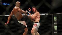 Krev z něj tekla proudem a soupeř slavil. Bisping vstal a ikonu MMA porazil
