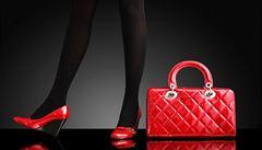 Kožená kabelka a decentní doplňky. Co by vám nemělo chybět v šatníku?