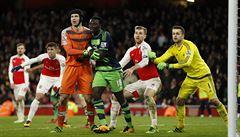 Černý den pro Arsenal. Kanonýři opět prohráli, navíc se jim zranil Čech