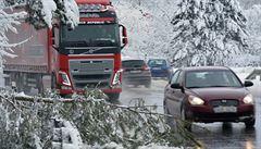 Sněžení ustalo. Uježděný sníh a ledovky pořád komplikují dopravu