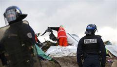 Buldozery, ohně a násilí. Policie vyklízí uprchlický tábor 'Džungle' u Calais