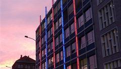 Fakulta v Dejvicích má světelnou fasádu. Lidé ji budou moci měnit