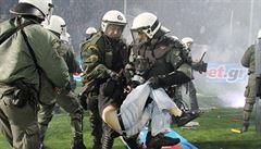 Chaos v Řecku, zrušili fotbalový pohár. Fanoušci napadli policisty