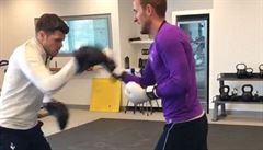 VIDEO Fotbalisté Tottenhamu si troufají na bojovníky McGregora a Joshuu