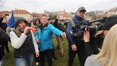 Na demonstraci za Zemana musela reportéry České televize chránit policie