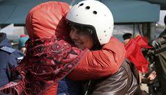 'Na Putinův rozkaz.' První ruští vojáci opustili Sýrii, doma je přivítali s ovacemi