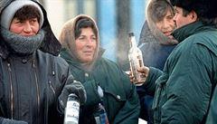 Rusové se vracejí k podivným lihovinám z černého trhu, legální alkohol zdražil
