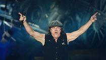 8291e6c0897 Zpěvák Brian Johnson z australských AC DC při koncertu v pražské O2 Areně.