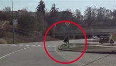 Muž si hrál na Harryho Pottera. S koštětem mezi nohama házel petardy na silnici