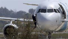 Únosce egyptského letadla se vzdal. Předtím někdo utekl okénkem v kokpitu
