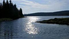 Vodu v nádržích znečišťuje fosfor a soli ze silnic