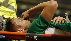 Jen pro silné žaludky. Fotbalistu Irska odnášeli s obrovskou dírou v noze ze hřiště