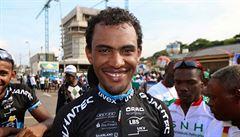 Eritrejský cyklista zabloudil. Divák ho vzal k sobě domů, nakrmil a ošatil ho