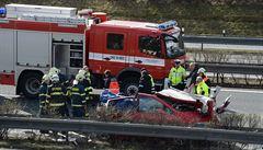 Dálnici D5 u Berouna uzavřela nehoda dvou náklaďáků. Řidiče museli vyprostit hasiči