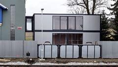 Český sochař má dům ve tvaru kufru, postavil jej na nádraží