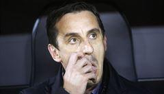 Mluví o zdraví hráčů, vzápětí chtějí ligu restartovat, kritizuje Neville vedení Premier League