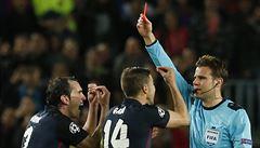 Rozhodčí kazí obraz fotbalu: hvězd Barcelony se nesmí bát