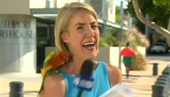 Reportérce nečekaně usedl na rameno papoušek a vyděsil ji k smrti