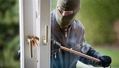 Zloději hledají tipy na Facebooku. Do domů se dostávají hlavně okny