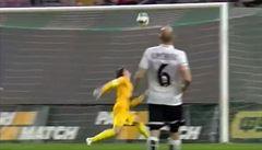 VIDEO Laštůvka si splnil sen: Dal gól přes celé hřiště. Ten ale neplatil