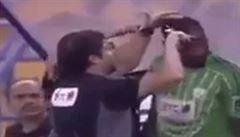 VIDEO: Když vládne islám. Fotbaloví sudí ostříhali během zápasu tři hráče