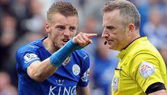 Rozhodčí neustál šlágr Premier League. Spílal mu trenér Leicesteru i West Hamu