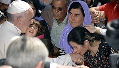 Papež František si z řeckého Lesbu do Vatikánu odvezl 12 muslimských uprchlíků
