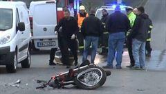 Na dálnici D5 u Zdic se střetl osobní vůz s motorkou, její řidič srážku nepřežil. Policie odklání dopravu