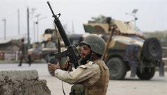 Taliban zaútočil na afghánskou vojenskou základnu. Mrtvých je více než 140