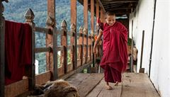 Češi pomáhají postiženému mnichovi z Bhútánu. Na jeho léčbu vybrali už 73 tisíc