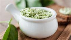 S oregánem, petrželí, estragonem, ale i medem. Jak na bylinková másla a k čemu se hodí?