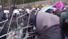 Zastánci uprchlíků se střetli s policií. Místo štítů použili gumové čluny