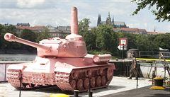 Známý růžový tank míří z Lešan na výstavu do Brna